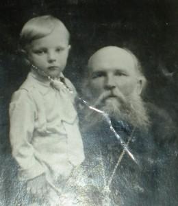 Сава Герасимович Доброницький, протоієрей Трьохсвятительської церкви, з онуком (початок 1937 р.)
