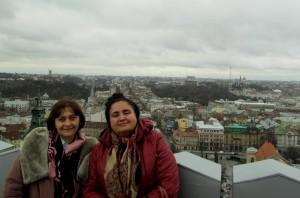 Фото 2. на ратуші (праворуч Оксана Лозова)
